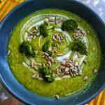 Supă cremă de broccoli cu usturoi copt și cheddar